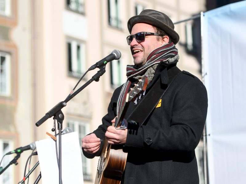 """Auftaktveranstaltung für das """"Volksbegehren Artenvielfalt - Rettet die Bienen!"""" in München am 31.01.2019 - Musiker Hundling singt auf der Bühne für die Rettung der Artenvielfalt."""